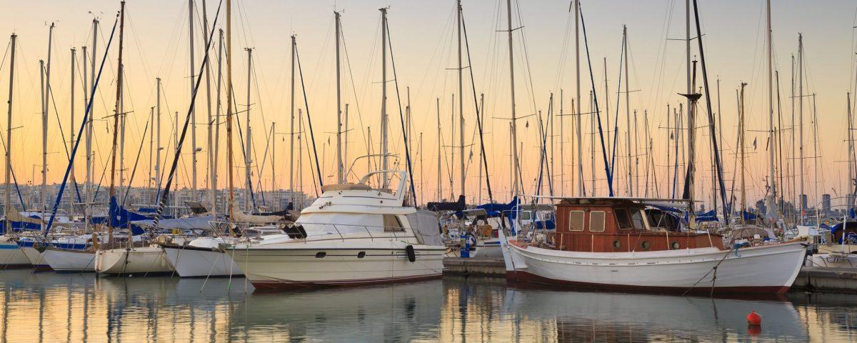 Yachthafen: Boote die in einem Hafen stehen.